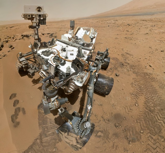 PIA16239_High-Resolution_Self-Portrait_by_Curiosity_Rover_Arm_Camera-640x591